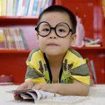 Diversión en casa con los niños preescolares. ¡Preparándose para leer!