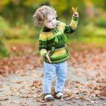 Al aire libre con niños preescolares. Bailes en la acera