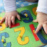 El juego apropiado para la edad de niños pequeños